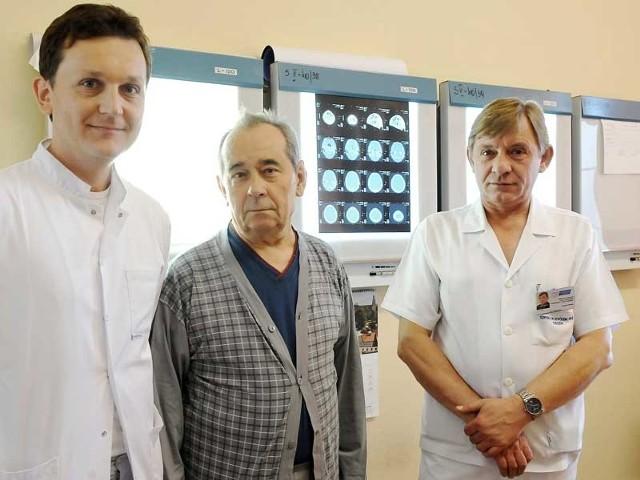 Doktor Daniel Babula i ordynator Jan Falkiewicz, a pośród nich pacjent Czesław Bobek z Sanoka.