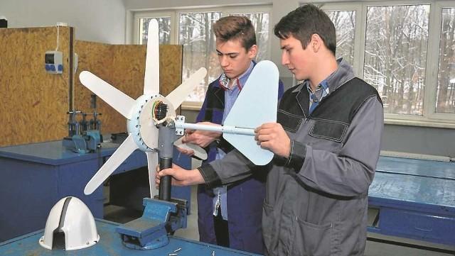 Uczniowie technikum urządzeń i systemów energetyki odnawialnej w jednej z nowych pracowni