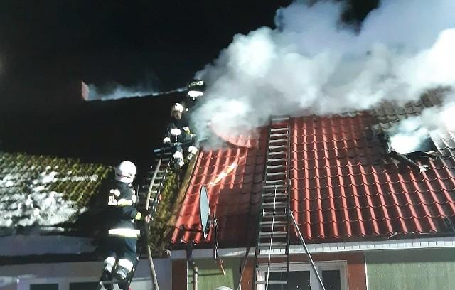 Dzisiaj (1.02.2021 r.) przed godz. 4 doszło do pożaru domu w Osiekach (gm. Kępice). Jego mieszkańcy ewakuowali się sami przed przybyciem strażaków.