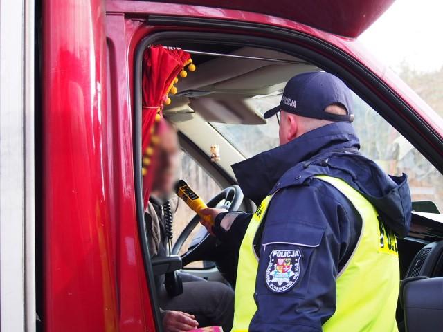 """W miniony weekend świebodzińscy policjanci zatrzymali dwóch pijanych kierowców. W piątek (16 grudnia) policjanci podczas akcji """"Trzeźwy kierowca"""", skontrolowali blisko 400 kierujących, wśród których nie stwierdzono osób, które prowadziły pojazd po wcześniejszym spożyciu alkoholu. Jednak już następnego dnia w sobotę (17 grudnia), tuż przed godz. 17.00, dyżurny świebodzińskiej komendy otrzymał zgłoszenie, że drogą K92 prawdopodobnie jedzie nietrzeźwy kierowca ciężarówki. Policjanci drogówki zatrzymali wskazany pojazd do kontroli drogowej w rejonie miejscowości Mostki. Zgłoszenie się potwierdziło, gdyż w organizmie 49-letniego obywatela Łotwy, alkomat wskazał 0,7 promila alkoholu. Również w niedzielę (18 grudnia) po godzinie 14.00 na drodze Rusinów – Świebodzin policjanci zatrzymali do kontroli drogowej osobowego volkswagena. Badanie trzeźwości przeprowadzone wobec, kierującego nim 39-latka, wykazało ponad 1,5 promila alkoholu w jego organizmie. W konsekwencji policjanci zatrzymali mężczyźnie prawo jazdy a auto zostało odholowane na policyjny parking. O dalszych losach kierowców zadecyduje sąd.  Zobacz też: Pijany kierowca śmiertelnie potrącił 66-latka i odjechał. Zatrzymał go świadek zdarzenia"""