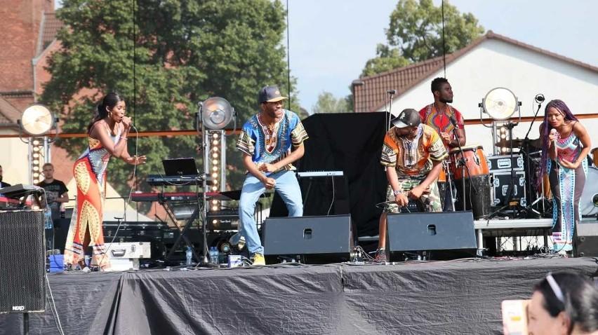 Wszyscy przyłączyli się do wspólnej zabawy w afrykańskich rytmach z grupą Jumbo Africa.