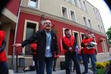 Związkowcy i górnicy protestowali pod urzędem miasta w Nowej Soli. Prezydentowi Tyszkiewiczowi przynieśli młotek (zdjęcia)