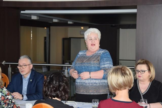 Maria Zwolenkiewicz podczas dzisiejszego spotkania w sprawie pieczy zastępczej. Tuż po jego zakończeniu, pojechała z restauracji Martina na zebranie Zarządu Powiatu, gdzie dowiedziała się o odsunięciu jej ze stanowiska dyrektora Powiatowego Centrum Pomocy Rodzinie w Żninie.