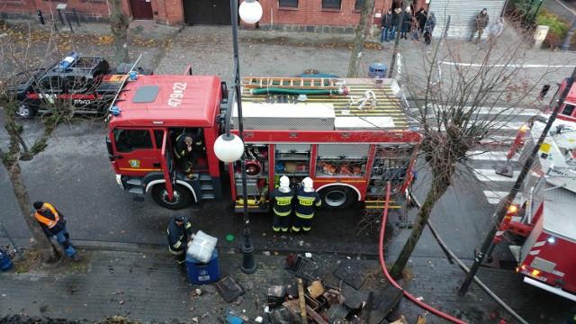 W pożarze domu przy ul. Kościuszki w Łebie zginęła jedna osoba. Sześć innych udało się ewakuować.