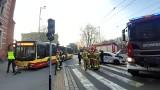 Wypadek z udziałem autobusu miejskiego. Taksówka wjechała mu pod koła