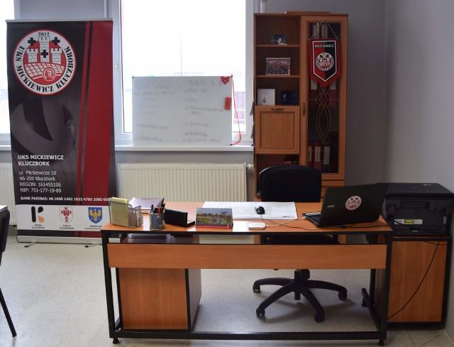Mickiewicz Kluczbork to siatkarski zespół występujący w Tauron 1 Lidze. Sprawdziliśmy, w jakich warunkach jego zawodnicy trenują, rozgrywają mecze, ale i również, jak wygląda klubowe biuro. Prezentujemy to w załączonej galerii (na zdjęciu biuro klubu przy ul. Sportowej).