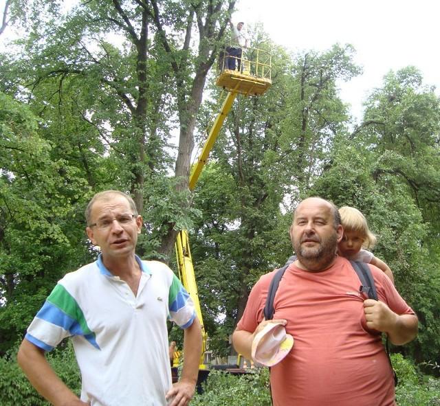 - Przecież tu może być i droga i stare drzewa – przekonuje mieszkaniec Nowego Miasteczka Krzysztof Dębiczak w rozmowie z Józefem Wiśniewskim. Jednak za ich plecami we wtorek trwała wycinka. Pod piłę poszły dwie lipy.