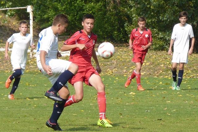 Trampkarze młodsi Gwardii (czerwone stroje) pokonali swoich rówieśników z Salosu Szczecin 1:0.