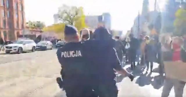 Prokuratura przesłuchała 46-latka, którego policjant zaatakował od tyłu i obalił na ziemię w rejonie katedry podczas niedawnych protestów ulicznych w Łodzi organizowanych przez Strajk Kobiet. O incydencie stało się głośno, a na policjanta posypały się gromy w interencie. CZYTA DALEJ>>>>