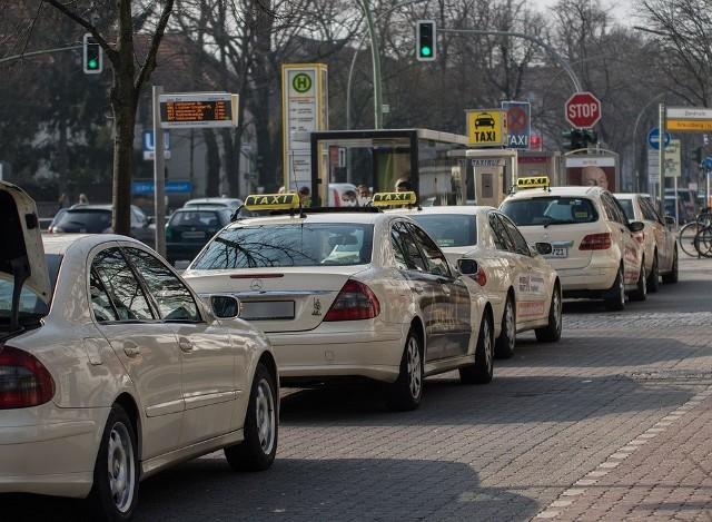 Taksówkarze to kolejna grupa zawodowa, która boleśnie odczuła skutki pandemii. Przewóz pasażerów zmalał nawet o 70 proc., a kierowcy taksówek ponoszą dodatkowe koszty, np. zakup pleksi czy preparatów do dezynfekcji.CZYTAJ DALEJ NA NASTĘPNYM SLAJDZIE