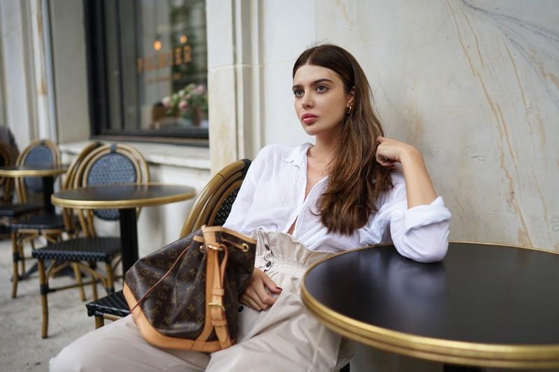 Laura postawiła w tym tygodniu na klasykę, która nam się bardzo spodobała - biała lniana koszula i beżowe spodnie są zawsze dobrym rozwiązaniem.