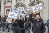 """Protest pracowników Urzędu Miasta Poznania: """"Mamy dość"""". Domagają się większych podwyżek"""