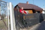 """Na """"zakręcie śmierci"""" w Sokołowie Małopolskim samochód znów uszkodził ogrodzenie"""