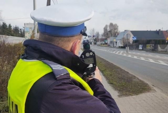 """Sprawcą wykroczenia okazał się 46-letni mieszkaniec powiatu poznańskiego. Mężczyzna, usiłując uniknąć odpowiedzialności, zaproponował policjantom """"dogadanie się"""", a kiedy to nie poskutkowało, namawiając mundurowych do odstąpienia od wykonania czynności służbowych, położył na podłokietnik, dzielący fotel kierowcy od pasażera, 200 złotych"""