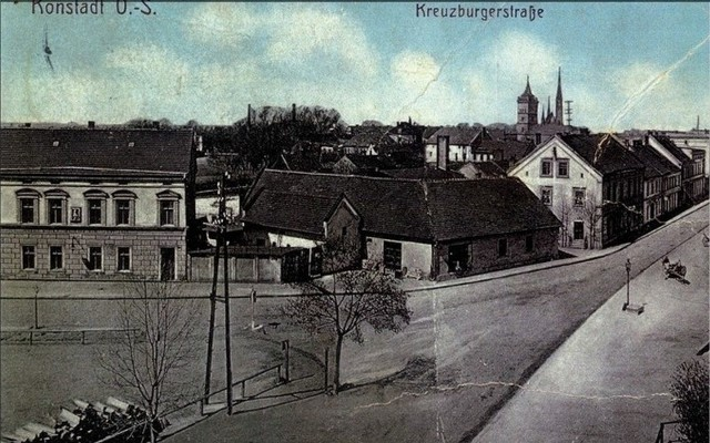 Przyjezdni mogli zatrzymać się także w Hotelu Germania na ul. Kluczborskiej (dzisiejsze kino Syrena), którego właścicielem był Arthur Müller. na Kreuzburgerstrasse, czyli na ulicy Kluczborskiej był też duże restauracje: Maxa Exnera i Georga Weißa.- Oprócz tego były też mniejsze jadłodajnie, najwięcej właśnie przy ówczesnej Kreuzburgerstrasse - mówi Jerzy Kuras.Skąd tyle hoteli i restauracji w średniej wielkości mieście? Wołczyn był miastem targowym, odbywały się tutaj największe na Śląsku targi lnu, 5 dużych dorocznych jarmarków i cotygodniowe targowiska.