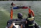 Powiat kartuski. Na Jeziorze Ostrzyckim przewróciła się żaglówka. Do wody wpadły cztery osoby!