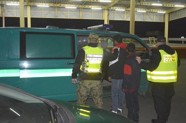 W poniedziałek wieczorem, tuż za granicą z Litwą celnicy z Budziska zatrzymali do kontroli łotewskiego tira. Podczas szczegółowego sprawdzania naczepy funkcjonariusze odkryli, że w skrzyni przeznaczonej do przewozu palet ukrywają się dwaj młodzi mężczyźni.