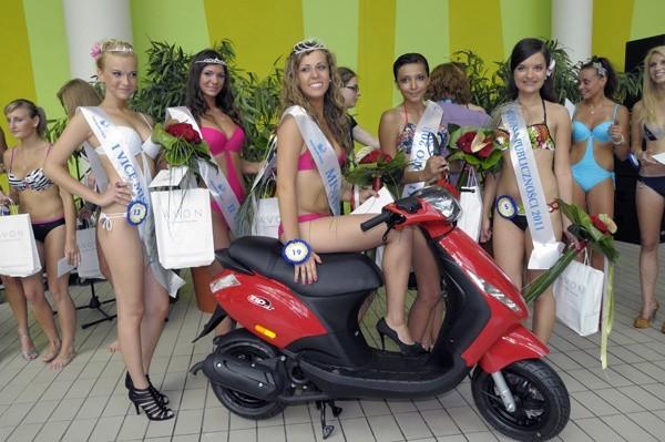 Piątka nagrodzonych dziewcząt w komplecie.