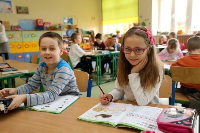 W szkole jest fajnie - przekonuje Kamila Głuchowska, pierwszoklasistka z SP 12. W tej placówce i innych w mieście na nowy rok szkolny trzeba zwiększyć liczbę klas pierwszych, aby pomieścić dzieci.