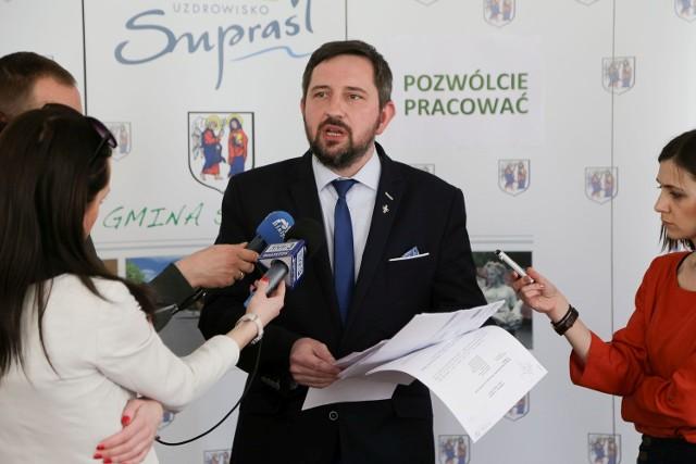 Radosław Dobrowolski apeluje o zgodę i pracę. Przeciwnicy burmistrza łączą siły