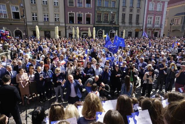 """""""Oda do radości"""", czyli hymn Unii Europejskiej, została odśpiewana 1 maja na Starym Rynku w Poznaniu. W ten sposób uświetniono 15-lecie wstąpienia Polski do UE.Zobacz kolejne zdjęcie ---->"""