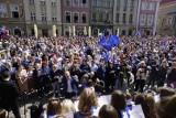 """Poznań: Na placu Wolności śpiewano """"Odę do radości"""". Poznaniacy świętowali 15-lecie wstąpienia Polski do Unii Europejskiej"""