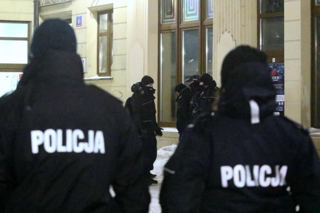 Policjanci zatrzymali pięciu mężczyzn podejrzanych o porwanie i dręczenie 21-latka z powiatu puckiego