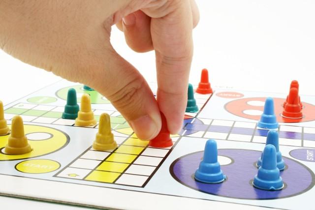Podczas kwarantanny można ćwiczyć szare komórki, grając z domownikami w gry planszowe