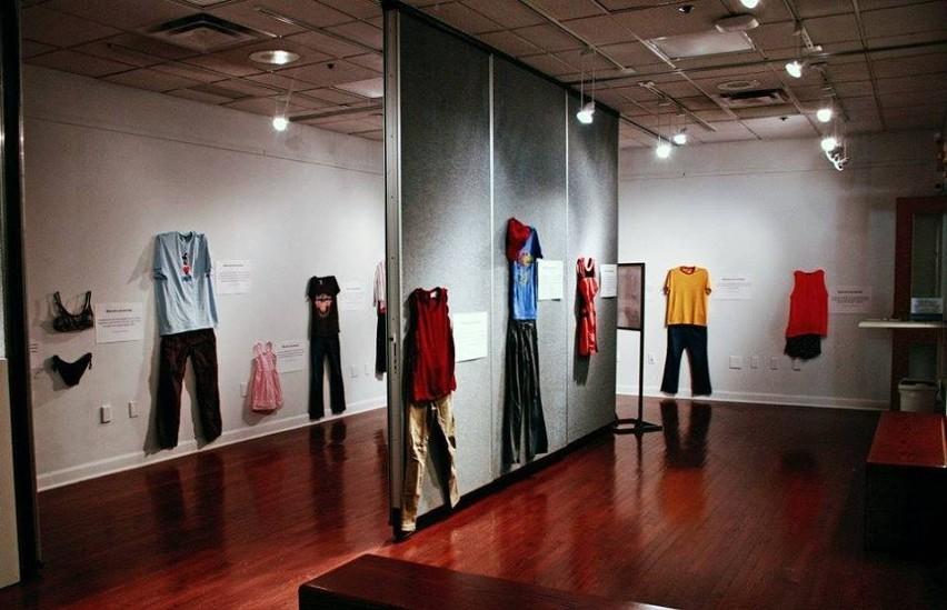 """""""Co tego dnia miałaś na sobie?"""" Ta wystawa pokazuje, że strój nie może być usprawiedliwieniem gwałtu"""