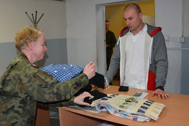 W poniedziałek, 7 maja, bramy koszar 5. Lubuskiego pułku artylerii przekroczyli ochotnicy do II turnusu służby przygotowawczej.Ochotnicy przyjeżdżali do Sulechowa od wczesnych godzin porannych. Najpierw kierowano ich do punktu kontrolno-informacyjnego gdzie zostało odnotowane ich stawiennictwo oraz udzielono im wszelkich informacji dotyczących służby. Po wstępnym wywiadzie medycznym trafili kolejno na stołówkę żołnierską, do fryzjera, do magazynu mundurowego i w efekcie do pododdziału, który przez najbliższe 4 miesiące będzie ich domem.  Poborowi w dniu rozpoczęcia służby przygotowawczej automatyczne stają się żołnierzami czynnej służby wojskowej, dla których przewidziany jest cykl zajęć ze szkolenia strzeleckiego, taktycznego oraz z musztry i regulaminów.  Po okresie kształcenia podstawowego złożą uroczystą przysięgę wojskową, a na zakończenie szkolenia specjalistycznego i wzorowym zdaniu egzaminów końcowych będą mogli starać się o podpisanie kontraktów na wykonywanie obowiązków w ramach Narodowych Sił Rezerwowych. Wówczas wojskowi komendanci uzupełnień nadadzą im przydziały kryzysowe w jednostkach wojskowych, w których będą pełnić służbę w ramach NSR.Zobacz wideo:  Obchody 227. rocznicy uchwalenia Konstytucji 3 Maja w Międzyrzeczu