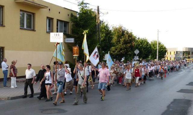 Pielgrzymi wrócili do Staszowa tuż po godzinie 19 w niedzielę. Witali ich mieszkańcy miasta