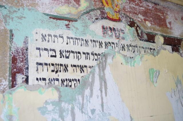 """Zachowane napisy i układ pomieszczeń w budynku wskazują na istnienie w tym miejscu domu modlitwy popularnie nazywanego przez Żydów """"szul"""" lub """"bet midrasz""""."""