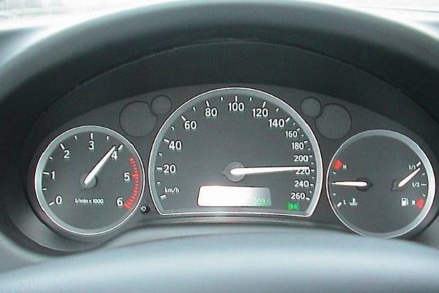 Kierowcy, którzy przekroczą dozwoloną prędkość o więcej niż 50 km/h w obszarze zabudowanym stracą prawo jazdy na trzy miesiące. To jedna ze zmian wprowadzanych przez nowelizację Kodeksu karnego, która wchodzi w życie od poniedziałku 18 maja.