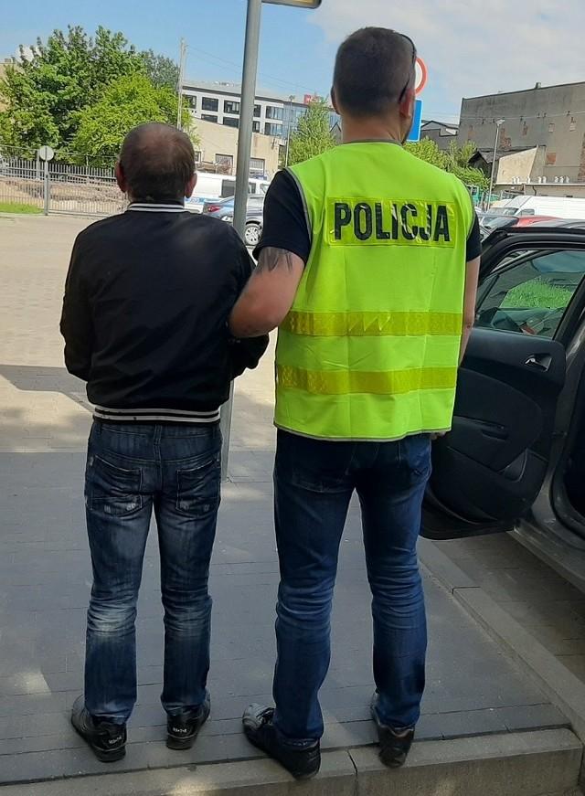 Po pościgu policjanci zatrzymali parę oszustów, którzy od 86-letniej mieszkanki Łodzi wyłudzili pieniądze i złotą biżuterię
