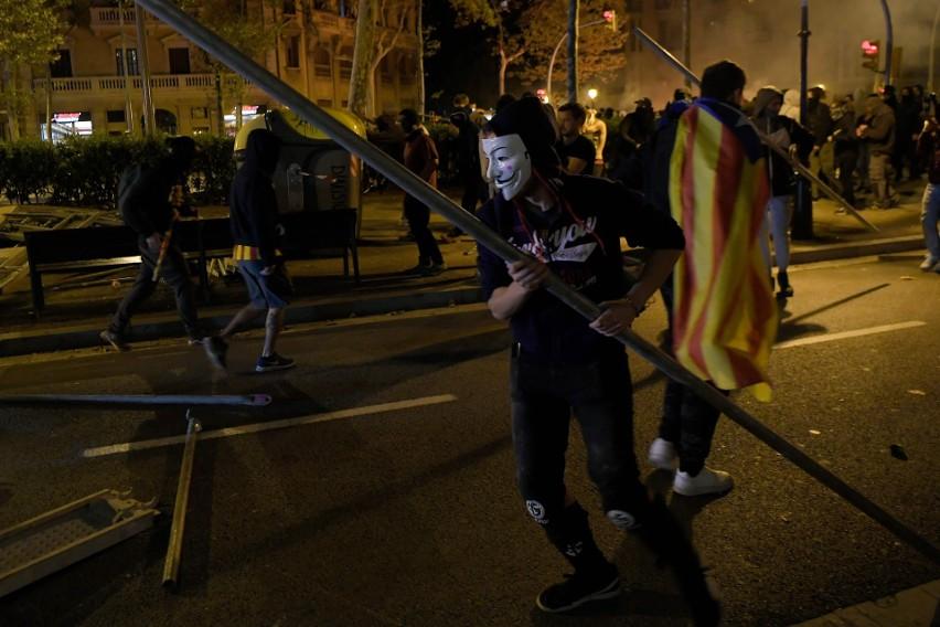 Hiszpania: Katalonia wrze po skazaniu liderów ruchu niepodległościowego [ZDJĘCIA] Protesty w Barcelonie, płoną barykady, walki z policją