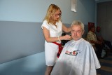 Opolska fryzjerka strzygła dziś bezdomnych w łaźni Caritasu