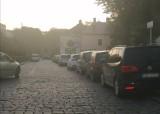 Kierowcy, unikając opłat parkingowych, utrudniają ruch na jezdni i chodniku na osiedlu Śródmieście w Rzeszowie