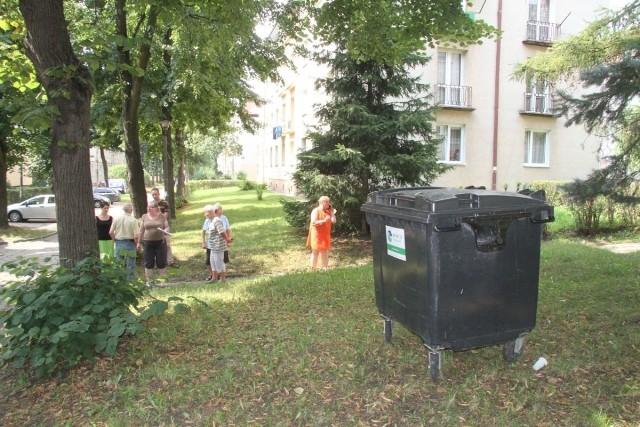 Mieszkańcy bloków przy ulicy Zamenhofa 1 i Miodowej 4 nie chcą mieszkać z widokiem na kontener.