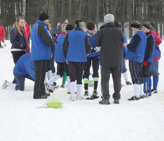 Pilkarki Sokola Kolbuszowa Dolna (niebieskie stroje) wygraly w meczu kontrolnym z Starówką Nowy Sącz 3-1 (2-0).