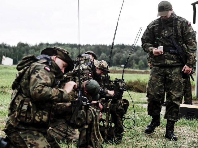 Od poniedziałku w Orzyszu trwa szkolenie zintegrowanie pododdziałów 1 Podlaskiej Brygady Obrony Terytorialnej. W szkoleniu bierze udział ponad 200 żołnierzy 12 batalionu lekkiej piechoty z Suwałk oraz 14 batalionu lekkiej piechoty z Hajnówki.