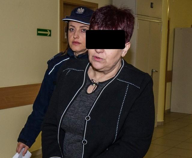 Oskarżona Elżbieta K. w drodze na proces przed krakowskim sądem