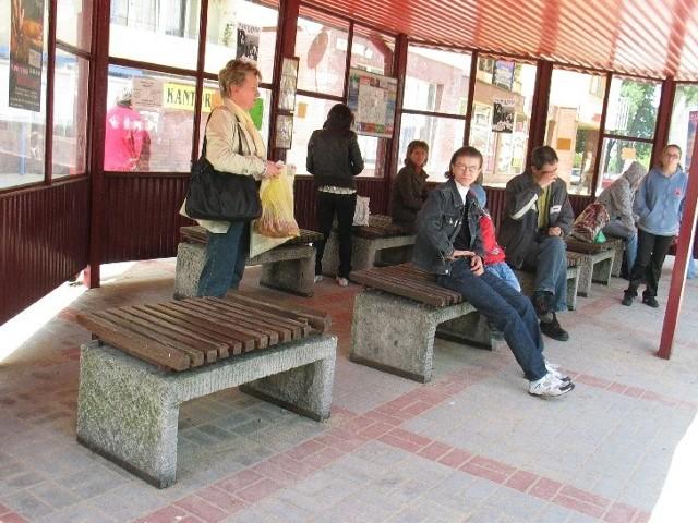 Jest nowy chodnik na pl. Tysiąclecia, ale zostały brzydkie ławki z lat siedemdziesiątych
