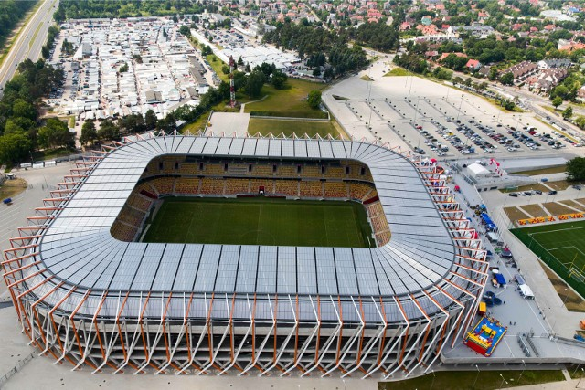 Jagiellonia Białystok zagroziła w końcówce kwietnia, że zerwie umowę ze spółką Stadion Miejski i dokończy mecze tego sezonu na boisku treningowym przy ul. Elewatorskiej.