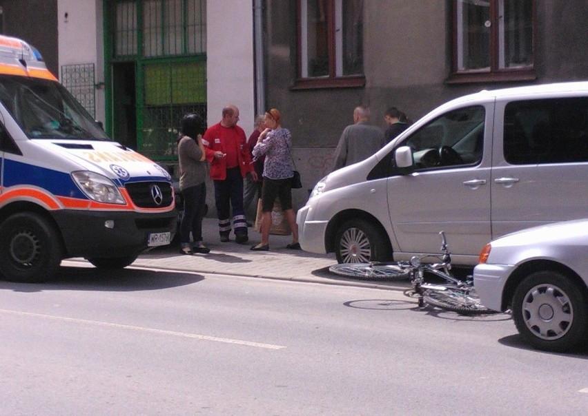 Do zdarzenia doszło na ulicy Niedziałkowskiego. Rowerzystę zabrała na badania karetka