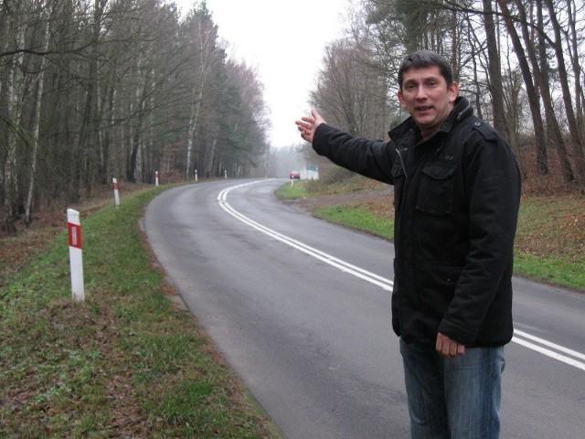 Robert Stopak nie może się nadziwić, że przy tak ruchliwej drodze zapomniano zaprojektować chodnika.