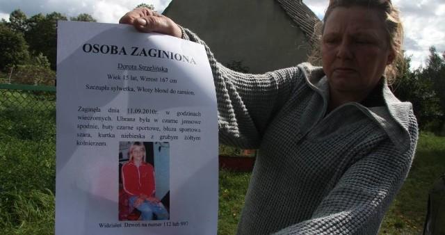 - Plakaty ze zdjęciem Dorotki rozwiesiłam gdzie tylko się dało – mówi Maria Zabłocka. Kobieta co chwilę płacze, Bardzo boi się o dziecko.