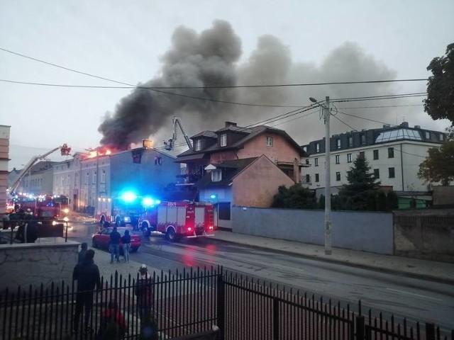 Aż 16 zastępów straży pożarnej brało udział w akcji gaśniczej kamienicy przy ul. Poznańskiej w Łęczycy. Ok. godz. 3.30 w nocy z poniedziałku na wtorek ostatnia kondygnacja budynku stanęła w ogniu. Gdy na miejsce przyjechali ratownicy, poddasze płonęło jak pochodnia!ZOBACZ ZDJĘCIA, CZYTAJ WIĘCEJ