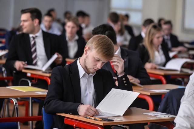 Matura 2021 z matematyki ma być łatwiejsza niż w ubiegłych latach. Zrezygnowano bowiem z części zagadnień. - Zmiany wprowadzono nie bez powodu – mówi Justyna Prud, matematyk, nauczyciel konsultant w Kujawsko-Pomorskim Centrum Edukacji Nauczycieli w Bydgoszczy. - Przez wiele miesięcy nauczyciele i uczniowie nie mieli ze sobą osobistego kontaktu, a młodzieży było też trudniej ocenić swoje umiejętności tak, jak dzieje się to podczas normalnych lekcji