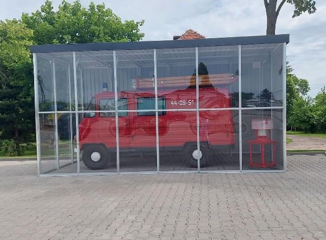 Zabytkowe auto zostało uratowane od złomowiska, trafiło przed remizę OSP w Zelgnie
