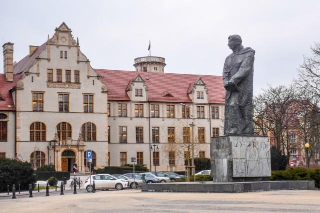 Uniwersytet im. Adama Mickiewicza w Poznaniu 29 czerwca wybierze nowego rektora. Po raz pierwszy w historii na to stanowisko kandyduje kobieta. Prof. Bogumiła Kaniewska jest jednym z dwóch kandydatów.